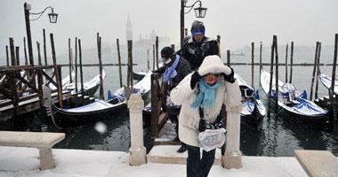 مواطنون إيطاليون يحاولون الاحتماء بالملابس الثقيلة من موجة الثلوج والصقيع