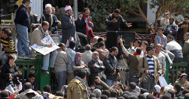 """آلاف يصلون بـ""""التحرير"""" لافتات ترفض"""