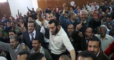 """عمال """"مفكو حلوان"""" يتظاهرون أمام """"الوزراء"""" للمطالبة بصرف مستحقاتهم"""