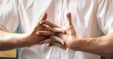 هل طقطقة الأصابع عن عمد لها آثار سلبية على