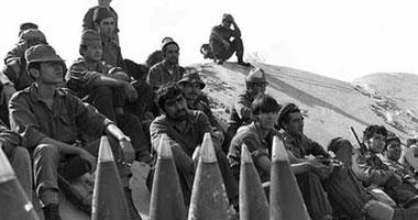 عدد من الجنود الإسرائيليين بالقناة يراقبون الأوضاع على الجبهة المصرية