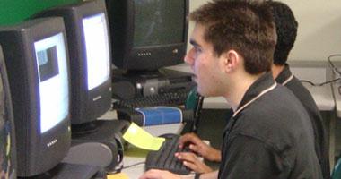 أشخاص يجلسون أمام شاشة الكمبيوتر