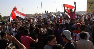 مبارك والمشير يصلان و تظاهر أهالى الشهداء أمام أكاديمية الشرطة smal82011495041.jpg
