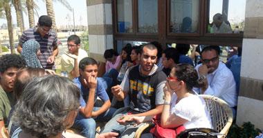 طلاب الجامعة الأمريكية يغلقون الأبواب ويمنعون دخول رئيسة الجامعة