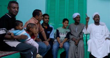 أفراد من الرضاونة مع محررى «اليوم السابع» داخل الساحة - تصوير ياسر عبدالله