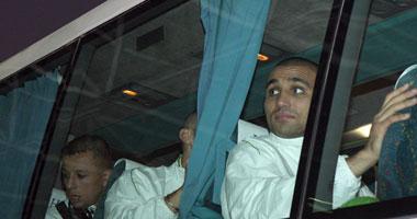 لاعبو الجزائر حطموا زجاج الأتوبيس بطفايات الحريق