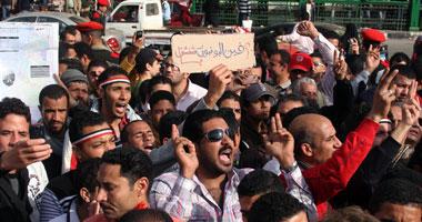 """متظاهرين من """"التحرير"""" يحاولون اقتحام مجلس الوزراء small220112305619.jpg"""