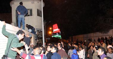 المتظاهرون أثناء أقتحامهم مبنى أمن الدولة بمدينة نصر