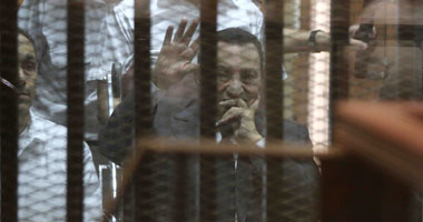 مبارك يلوح لأنصاره قبل الحكم بسجنه بقضية قصور الرئاسة