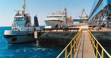 اعتصام 200 عامل بميناء سفاجا البحرى small720081320331.jp