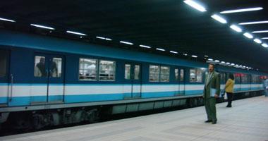 ركاب المترو ينقذون طفلة جرها القطار برصيف المحطة