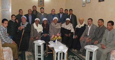 أبناء العائلة فى ديوانهم بقرية الشيخ تمىّ -أبو قرقاص -المنيا