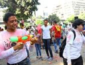 مهرجان الألوان فى شارع 9 بالمعادى.. والشباب يرقصون على الهب هوب