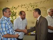 """رئيس جامعة الأزهر يصافح الموظفين.. ويؤكد: """"لن ننهض إلا بكم"""""""