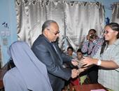 محافظ بنى سويف يوّقع باسمه على عملة ورقية ويهديها لطالبة متفوقة
