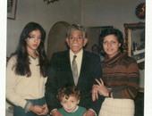 رواد مواقع التواصل يتداولون صورة نادرة لمحمد نجيب مع ابنتيه وحفيده