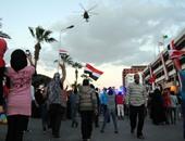 مروحيات عسكرية تلقى كروت هدايا على المواطنين بالإسماعيلية