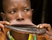 بالصور.. نساء قبيلة إثيوبية يُكبرن شفاههن بأقراص الطين