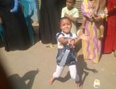 """بالفيديو.. طفلة 5 سنوات ترقص """"بالسنجة"""" تقليدا لفيلم عبده موتة بفرح شعبى"""