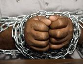 """عامل يقيد نفسه بالسلاسل بالسويس احتجاجا على توقف العمل بـ""""مصر إيران للغزل"""""""