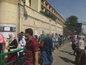 بالفيديو..طوابير أمام جامعة عين شمس بسبب إجراءات التفتيش للطلاب