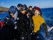 بالصور.. وصول عشرات المهاجرين بعد مواجهة الموت فى بحر إيجه إلى سواحل اليونان