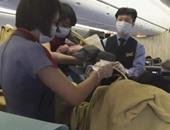 بالصور.. سيدة تايوانية تضع مولودها على متن طائرة صينية قبل موعدها بمساعدة الركاب