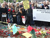 بالصور.. أتراك يضعون الزهور فى موقع تفجيرات أنقرة وحصيلة القتلى  102