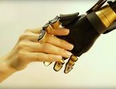 علماء يبتكرون جلدا متطورا للأطراف الصناعية يجعلها تشعر بما تلمسه