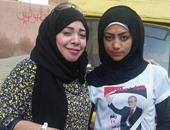 بالصور.. حملات المرشحين توزع دعاية أمام المدارس فى إمبابة