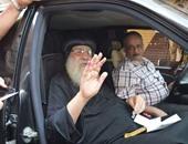 بالصور.. الأنبا باخوميوس يدلى بصوته فى لجنة بدمنهور من داخل سيارته