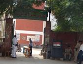 ضابط يمنع ناخبا من التصويت لحمله صورة مرشح داخل المدرسة ببولاق الدكرور
