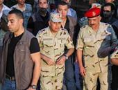 وزير الدفاع يغادر مدرسة الأورمان ويصافح الجنود وعميد شرطة نسائية