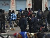 بالصور.. شرطة باريس تنهى خلافا وتبدأ فى اجلاء مهاجرين من مدرسة