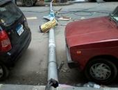 صحافة المواطن.. الرياح الشديدة تُسقِط عامود إنارة بأحد شوارع الإسكندرية