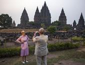بالصور..فى سحر الغروب بإندونيسيا..أمير الدنمارك يلتقط صورا لزوجته الملكة