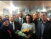 """بالفيديو والصور.. استقبال الموسيقار العالمى """"يانى"""" بالورود فى مطار القاهرة"""