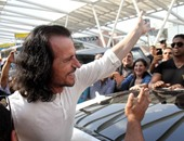 """الآلات الموسيقية لـ""""يانى"""" تثير أزمة بمطار القاهرة.. وهشام زعزوع يتدخل لحلها"""