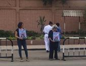 """بالصور.. وقفة لأسرة علاء عبد الفتاح أمام """"الاتحادية"""" للمطالبة بالإفراج عنه"""