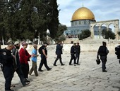 مستوطنون إسرائيليون يقتحمون الأقصى والاحتلال يعتقل شابا من البلدة القديمة