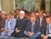 بالصور.. محافظ كفر الشيخ والمفتى السابق يؤدون صلاة الجمعة بمسجد الدسوقى