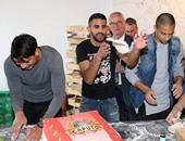 بالصور.. هداف البريميرليج والجزائرى محرز يتحولان إلى صناع بيتزا