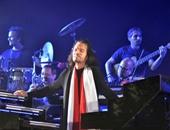 بالصور.. الموسيقار يانى يعرض لجمهوره صورة حية من الفضاء لحفله بمصر