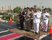"""بالصور.. محافظ السويس وقائد الجيش الثالث يضعان الزهور على نصب """"الجندى المجهول"""""""
