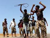 """بالصور.. جنود موالين للحكومة اليمنية يرقصون بعد السيطرة على"""" باب المندب"""""""