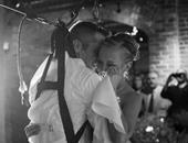 بالصور.. عسكرى أمريكى قعيد يفاجئ عروسه بوقوفه على قدميه يوم زفافهما
