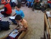 تداول صورة لتلاميذ مدرسة ابتدائية بأسيوط يجلسون على الأرض داخل الفصل