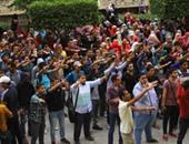 طلاب الإخوان يرفعون المصاحف بمسيرتهم داخل جامعة القاهرة