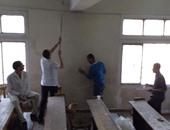 طلاب كلية التربية بالأزهر ينظفون مدرجاتهم بجهودهم الذاتية