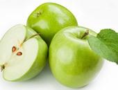 التفاح الأخضر يبيض الأسنان وينظف البشرة ويساعد على تنقية الدم